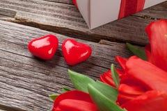 Herzen roten Tulpen und der Valentinstagsüßigkeit Stockbilder
