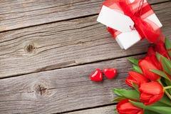 Herzen roten Tulpen und der Valentinstagsüßigkeit Lizenzfreies Stockfoto