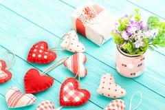 Herzen und Blumen auf blauem hölzernem Hintergrund Selektiver Fokus Mutter und Tochter Lizenzfreie Stockbilder