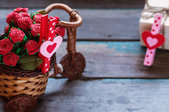 Herzen und Blumen auf hölzernem Lizenzfreie Stockfotografie