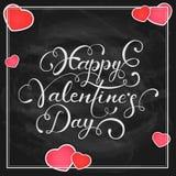 Herzen und glücklicher Valentinsgruß-Tag auf schwarzem Tafelhintergrund Lizenzfreies Stockbild