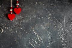 Herzen an Valentinsgruß ` s Tag auf konkretem Hintergrund mit Raum und leerem Platz Stockfotografie