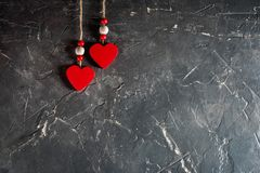Herzen an Valentinsgruß ` s Tag auf konkretem Hintergrund mit Raum und leerem Platz Lizenzfreie Stockfotografie