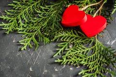 Herzen Valentinsgruß ` s an Tag auf Tanne und am konkreten Hintergrund mit Raum und leerem Platz Lizenzfreies Stockbild