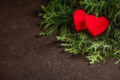 Herzen Valentinsgruß ` s an Tag auf Tanne und am konkreten Hintergrund mit Raum und leerem Platz Lizenzfreie Stockbilder