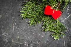 Herzen Valentinsgruß ` s an Tag auf Tanne und am konkreten Hintergrund mit Raum und leerem Platz Stockfotografie