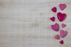 Herzen vom Plasticine auf einem hellen Hintergrund Stockbilder
