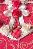 Herzen von der rosafarbenen Blume auf rosa Papierhintergrund Stockfoto