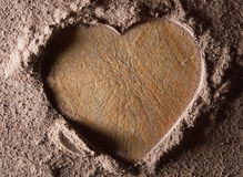 Herzform auf einem Kakaohintergrund Stockfotos