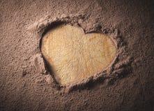 Herzform auf einem Kakaohintergrund Stockbilder