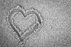 Herzform auf Sand. Romantisch, Schwarzweiss Lizenzfreie Stockfotos