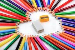 Herzform gemacht aus Bleistiften mit Radiergummi und Bleistiftspitzer heraus Lizenzfreie Stockfotografie
