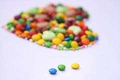 Herzform gemacht mit Bohnen und Süßigkeiten lizenzfreies stockbild