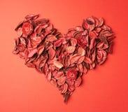 Herzform gemacht vom Gemischtrockenblumengesteck Stockfotos