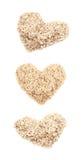 Herzform gemacht vom Hafermehl lokalisiert Stockfotos