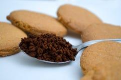 Herzform gemacht vom Lebkuchen und vom Teelöffel mit schwarzem Kaffee Stockfotos
