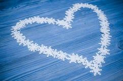 Herzform gemacht von den Schneeflocken Stockbild