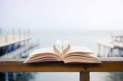 Herzform gemacht von den Seiten des offenen Buches Lizenzfreies Stockbild