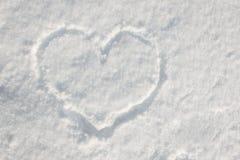 Herzform gezeichnet auf den weißen Schnee Lizenzfreie Stockbilder