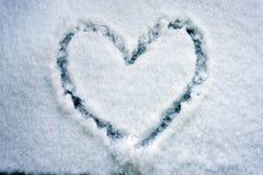 Herzform gezeichnet auf Schnee Lizenzfreie Stockfotografie