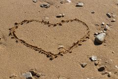 Herzform im Sand lizenzfreies stockfoto
