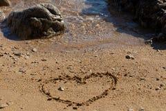 Herzform im Sand lizenzfreie stockfotografie