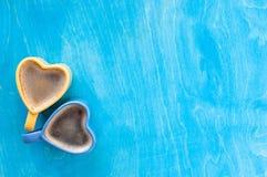 Herzform-Kaffeetasse auf Holztisch Lizenzfreies Stockbild