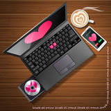 Herzform am Laptopschirm und -Handy mit Latte Stockbild