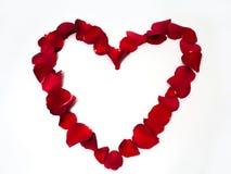 Herzform mit den rosafarbenen Blumenblättern Lizenzfreie Stockfotos