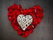 Herzform mit den rosafarbenen Blumenblättern Lizenzfreies Stockfoto