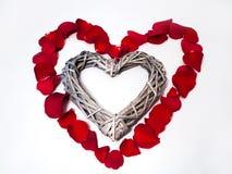 Herzform mit den rosafarbenen Blumenblättern Stockbilder