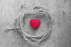 Herzform mit Seil auf selektiver Farbe Stockfotografie