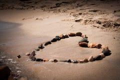 Herzform mit Stein im Strand Lizenzfreies Stockfoto