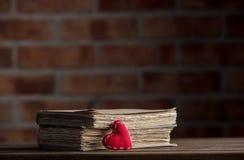 Herzform und alte Bücher Lizenzfreie Stockfotografie