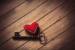 Herzform und Metallklassikerschlüssel Stockfoto