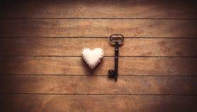 Herzform und Metallklassikerschlüssel Stockbild