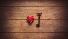 Herzform und Metallklassikerschlüssel Stockfotos