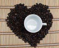 Herzform von Kaffeebohnen Stockbild