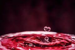 Herzform-Wassertropfen Speichern Sie und lieben Sie Wasserkonzept stockbild
