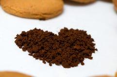 Herzformen gemacht vom Lebkuchen und vom Kaffee Stockfotos