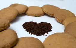 Herzformen gemacht vom Lebkuchen und vom Kaffee Stockfotografie