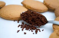 Herzformen gemacht vom Lebkuchen und vom Kaffee Lizenzfreies Stockfoto