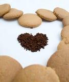 Herzformen gemacht vom Lebkuchen und vom Kaffee Lizenzfreie Stockfotografie
