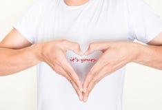 Herzformhände mit Wörtern - es ist Ihr Stockfoto
