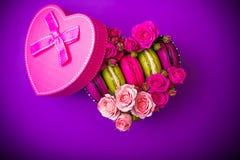 Herzformkasten mit Beerenrosafrühlingsfarbmakronenhintergrund mit Liebe Lizenzfreies Stockbild
