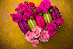 Herzformkasten mit Beerenrosafrühlingsfarbmakronenhintergrund mit Liebe Stockfotografie