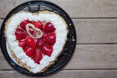 Herzformkuchen mit Erdbeere stockfoto