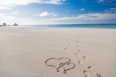 Herzformzeichnung im Sand auf tropischem romantischen und Konzepthintergrund der Flitterwochen des Strandes, für Paare stockbilder