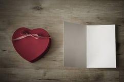 Herzgeschenkbox und leere Karte - Weinlese Lizenzfreie Stockbilder