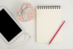 Herzgeschenkboxtablette und Anmerkungsbuch auf weißem Hintergrund Lizenzfreie Stockbilder